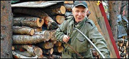 SAGER VED: Arne Nilsen Anthi (66) har fått rikelig anledning til å sage ved til full lønn fra banken, etter at han sluttet på dagen i 2004. Foto: Mikkel Gaup.