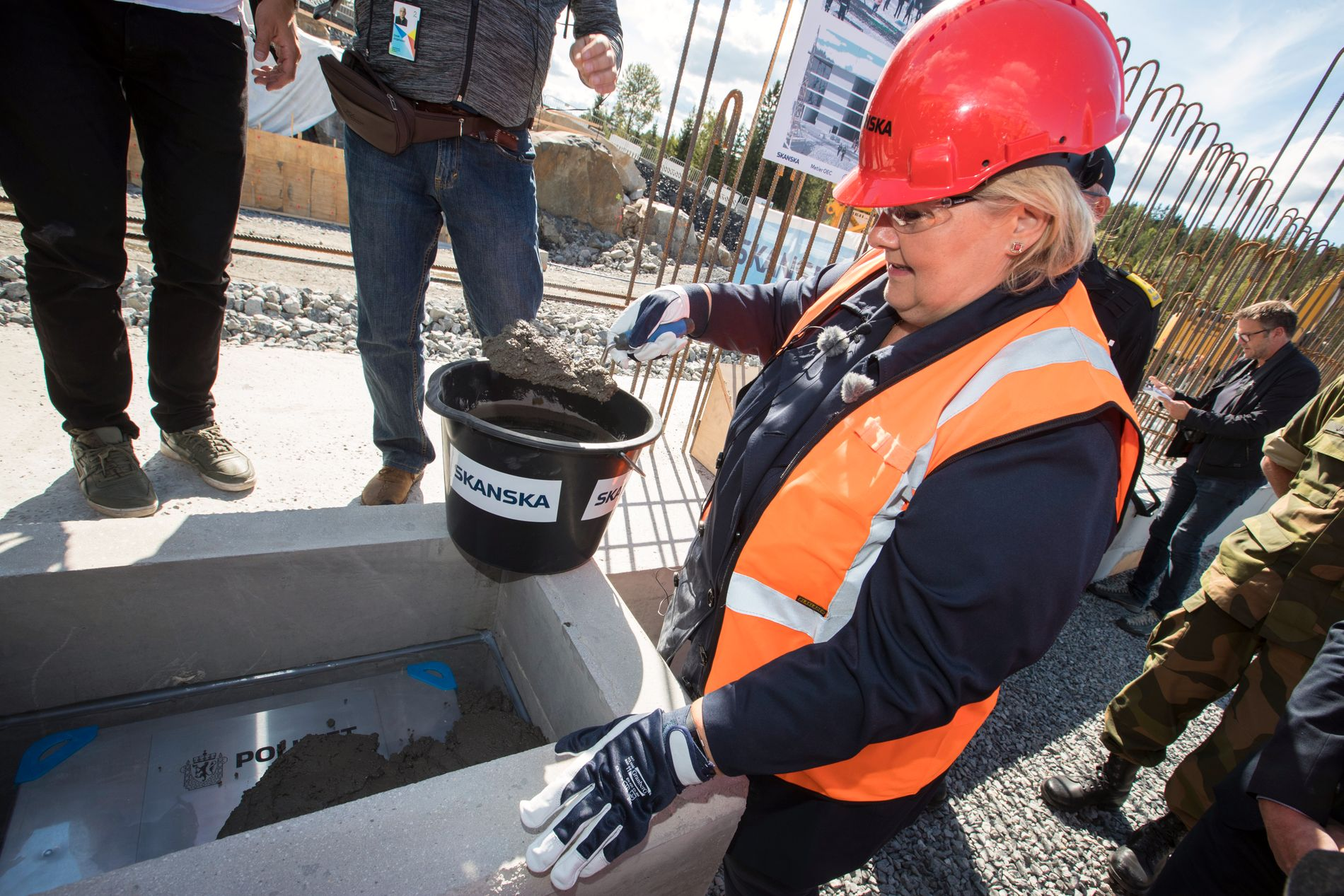 On Tuesday afternoon, Prime Minister Erna Solberg laid the foundation for the National Defense Center for Police in Taraldrud in Ski Municipality.