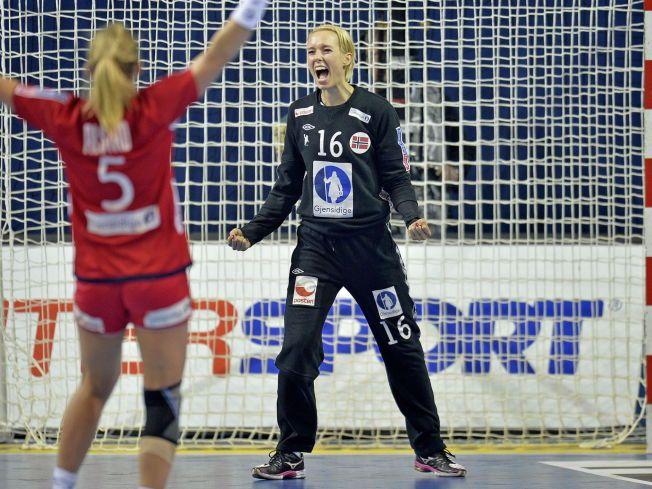JUBLER: I fjor slo Norge Polen 23-18. Og her ser vi keeper Katrine Lunde jubler etter redning. Ida Alstad med ryggen til.