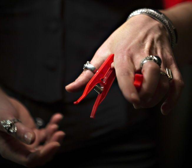KLESKLYPER: Kan brukes til så mangt, sier Andrea Duarte Silva. Men hun anbefaler å teste klesklypene på dette området av hånden på seg før man bruker dem på andre.