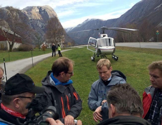 SJEKKET: Ordfører Lars Olav Hustad og sjefsgeolog Lars Harald Blikra har vært på helikopterbefaring over Mannen.