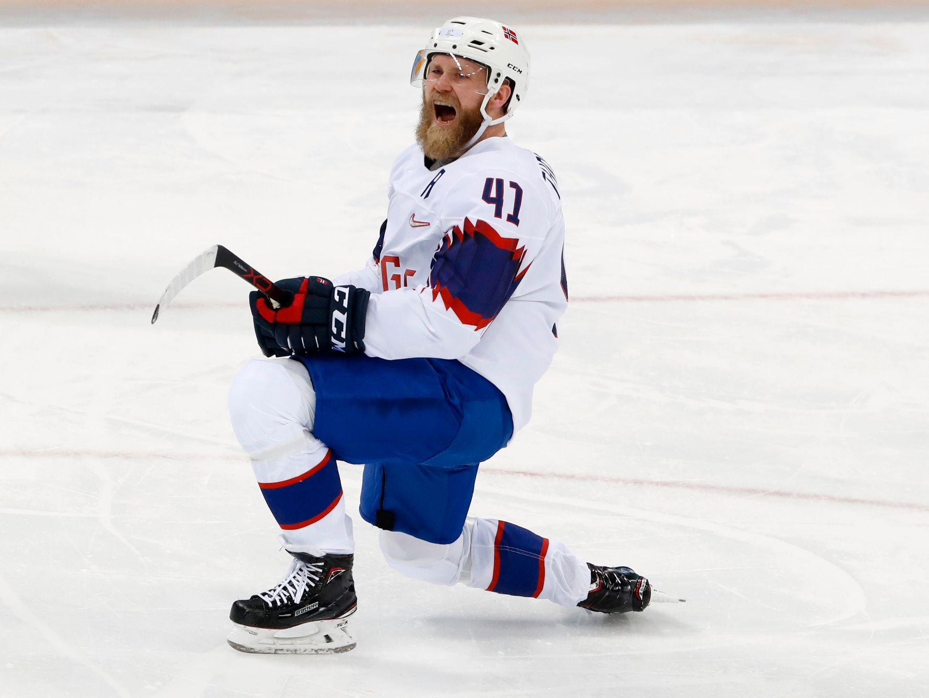 SAVNET: Patrick Thoresen (34) feirer sitt mål mot Finland i OL-turneringen i Pyeongchang i februar. Nå har en av tidenes beste norske spillere takket nei til ishockey-VM i mai.