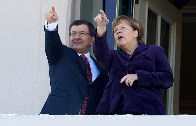 EN LØSNING I SIKTE?: Angela Merkel har i lengre tid forsøkt å presse den tyrkiske regjeringen og statsminister Ahmet Davutoglu til å skjerpe landets grensekontroll og med det hjelpe et kriserammet EU.