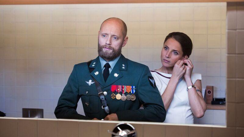 MODERNE KRIGSDRAMA: Aksel Hennie spiller løytnant Erling Riiser og Tuva Novotny er kona Johanne Riiser som jobber høyt oppe i UD-systemet.