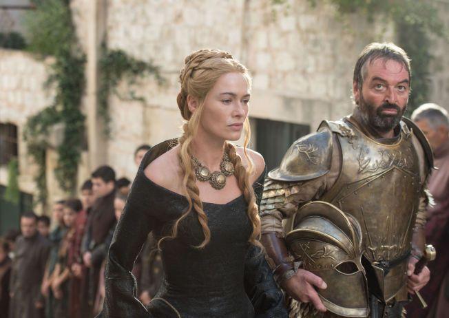 HYLLES: Karakterene til George R.R. Martin, som Cersei Lannister og Meryn Trant, som spilles av Lena Headey og Ian Beattie, ga i fjor navn til flere britiske barn.