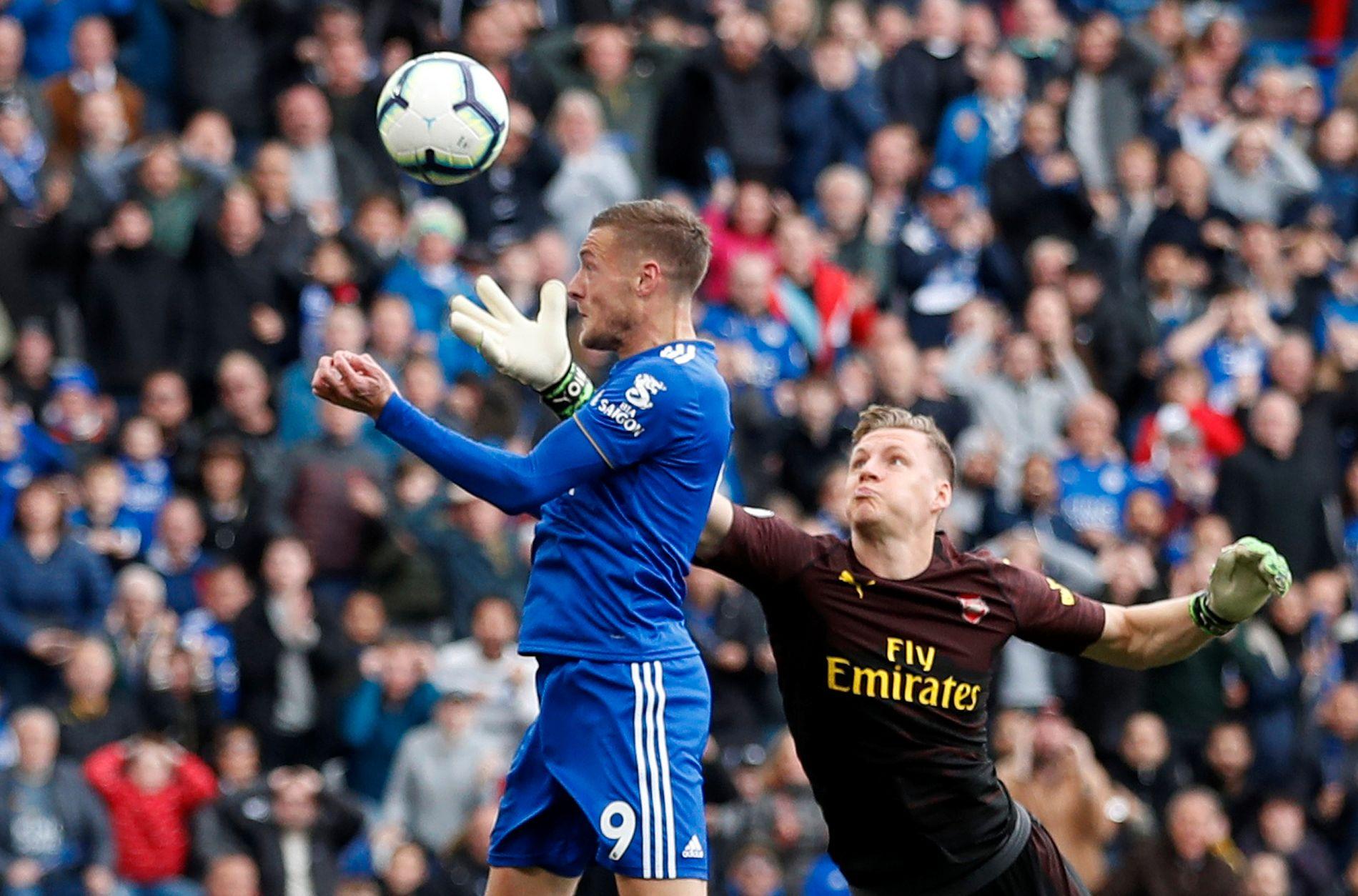 UTENFOR REKKEVIDDE: Bernd Leno forsøker forgjeves å hindre Jamie Vardy fra å nikke inn sin egen retur på 2–0-scoringen til Leicester.