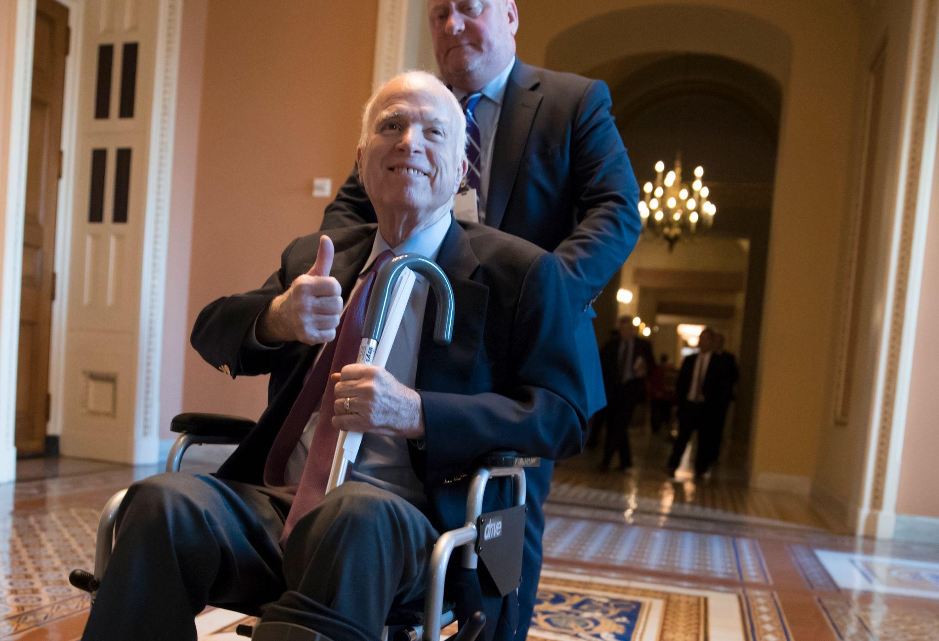 STABIL: John McCain skal være stabil etter operasjonen. Her er han i Capitol Hill i desember.