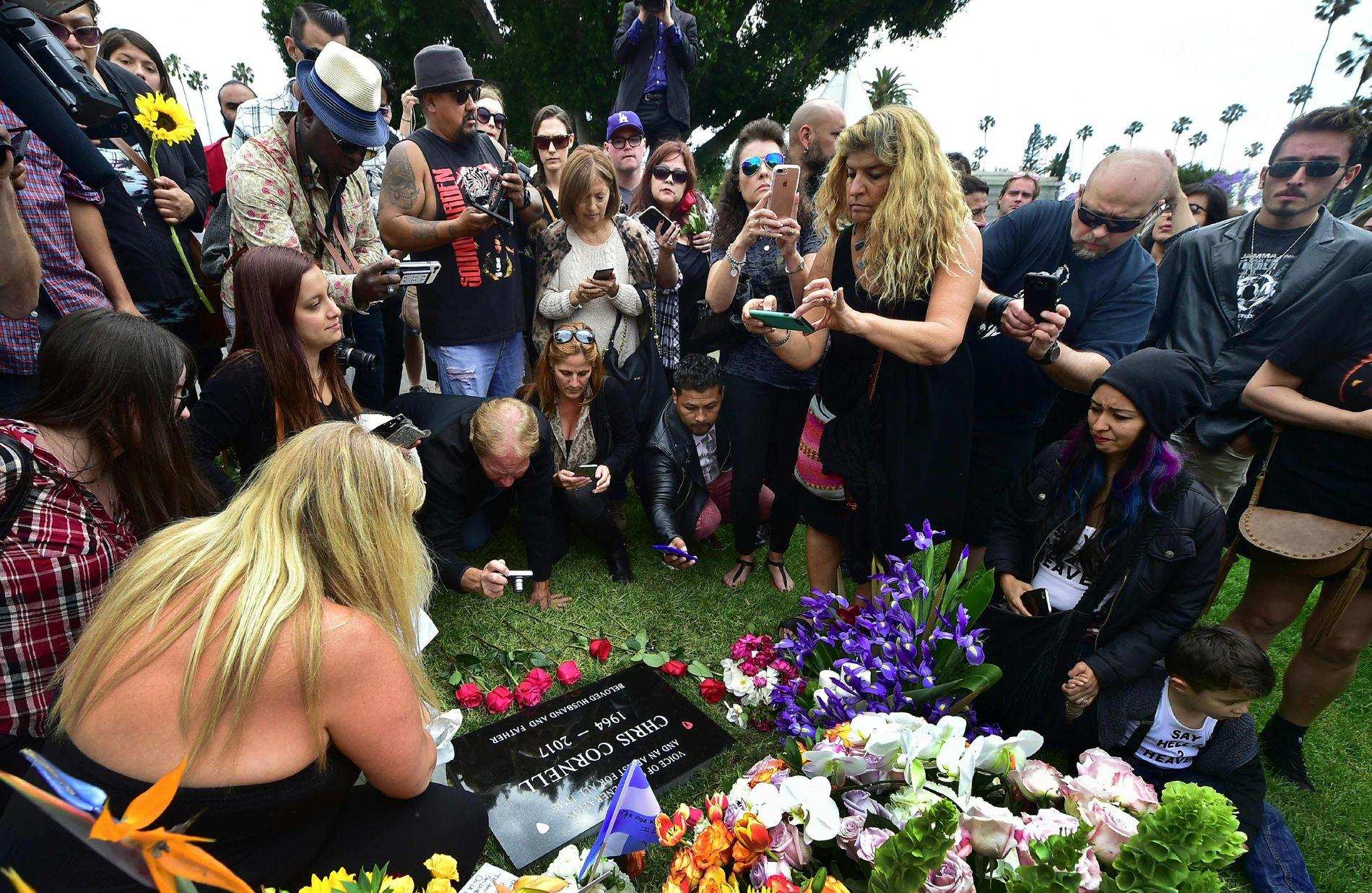 GRAVSTEDET: Etter at den private seremonien var over, fikk fansen anledning til å besøke stedet hvor Chris Cornells urne er satt ned. Foreløpig er det bare en minneplate som viser hvem som har sitt siste hvilested her.