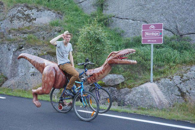 RASK PÅ LABBEN: Markus Moestue trålet dalene rundt med sin nylagde dinosaur-sykkel.