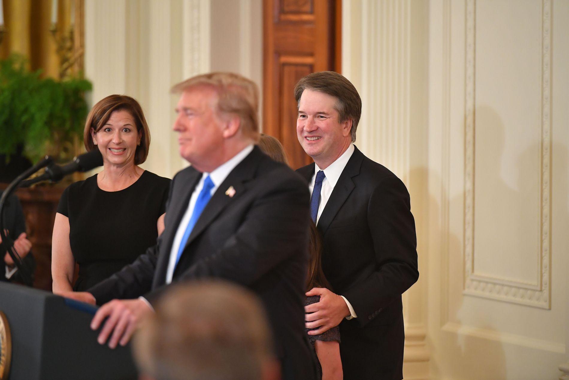 ALLIERT: Presidenten har sagt han støtter Kavanaugh fullt ut. Her er Trump med ekteparet Kavanaugh 9. juli, da han kunngjorde sin høyesterett-kandidat.