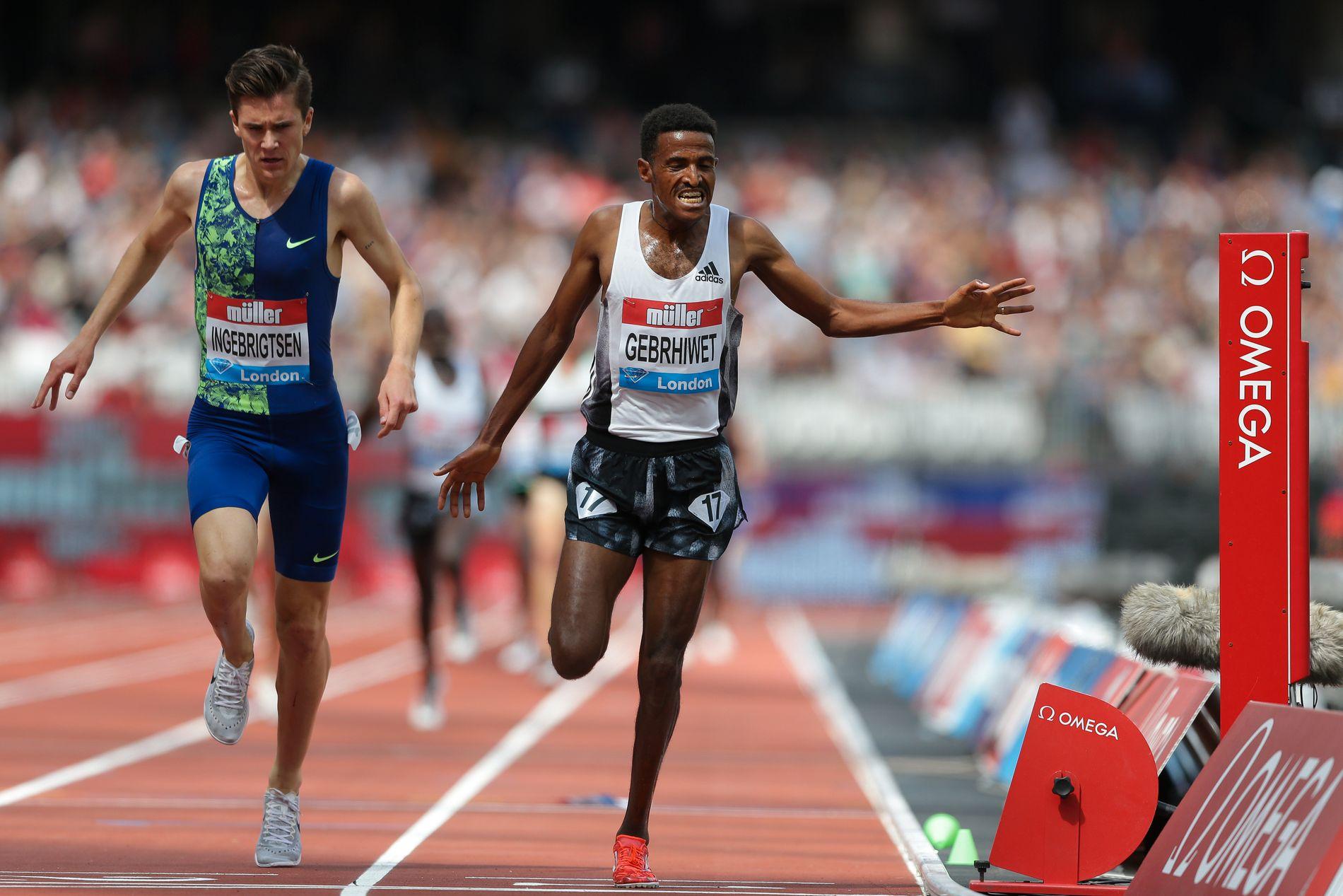 FULL FART: Jakob Ingebrigtsen spurter mot Hagos Gebrhiwet, som var 17 hundredeler foran i mål på 5000-meteren i London.