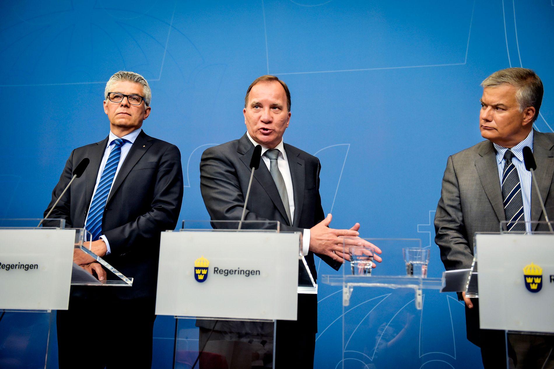 FORKLARER SEG: SÄPO-sjef Anders Thornberg (t.v.), statsminister Stefan Löfven (S) og Jonas Bjelfvenstam, generaldirektør i Transportstyrelsen (t.h), gikk mandag foran et pressekorps og forklarte seg om IT-skandalen.