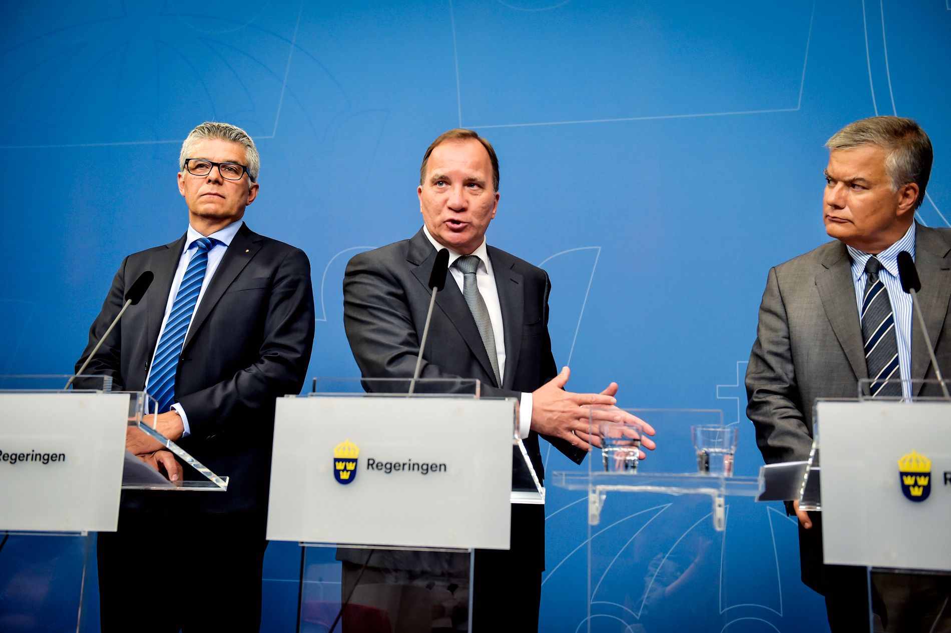 ENNÅ STATSMINISTER: Sveriges statsminister Stefan Löfven (i midten), SÄPO-sjef Anders Thornberg (t.v.), og Jonas Bjelfvenstam, generaldirektør i Transportstyrelsen (t.h.) har de siste dagene måtte svare for seg etter at det ble kjent at sensitiv informasjon kan ha kommet på avveie til utlandet.