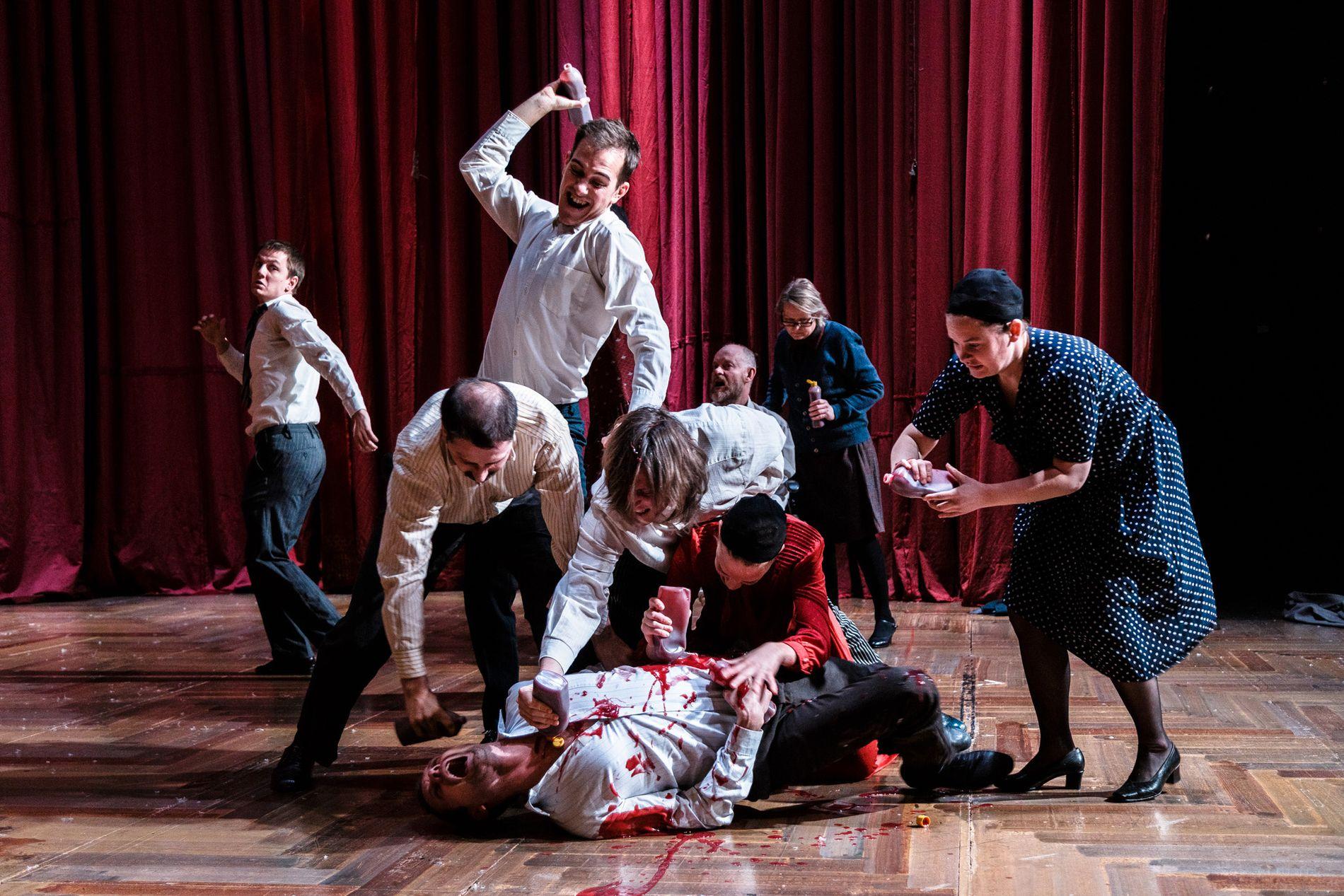 SLAKT: Mennesket er nede for telling i blant i denne absurde happeningen på Trøndelag Teater.