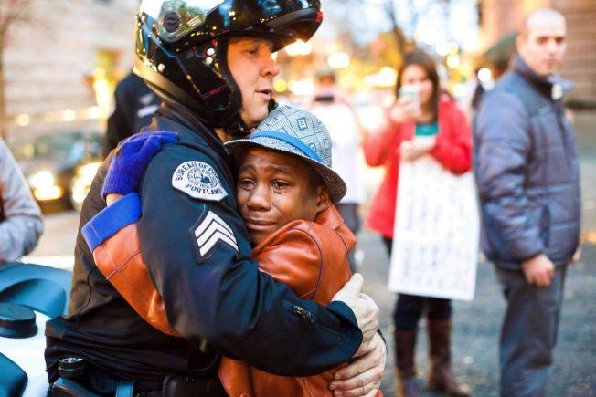 RØRENDE: En gråtende Devonte Hart (12) får en god klem av politimannen Bret Barnum under en demonstrasjon mot politivold mot sorte personer.