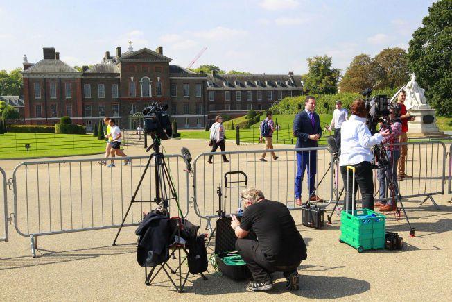 I NYHETENE: Blåkledde Paul Harrison, kongeekspert i Sky News, rapporterer foran Kensington Palace.