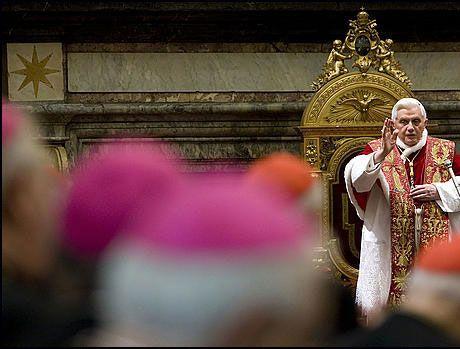 ADVARER MOT HOMOFILI: Pave Benedict XIV frykter homofili og andre alternative samlivsformer til tradisjonelt ekteskap er en trussel mot menneskeheten. Foto: Scanpix