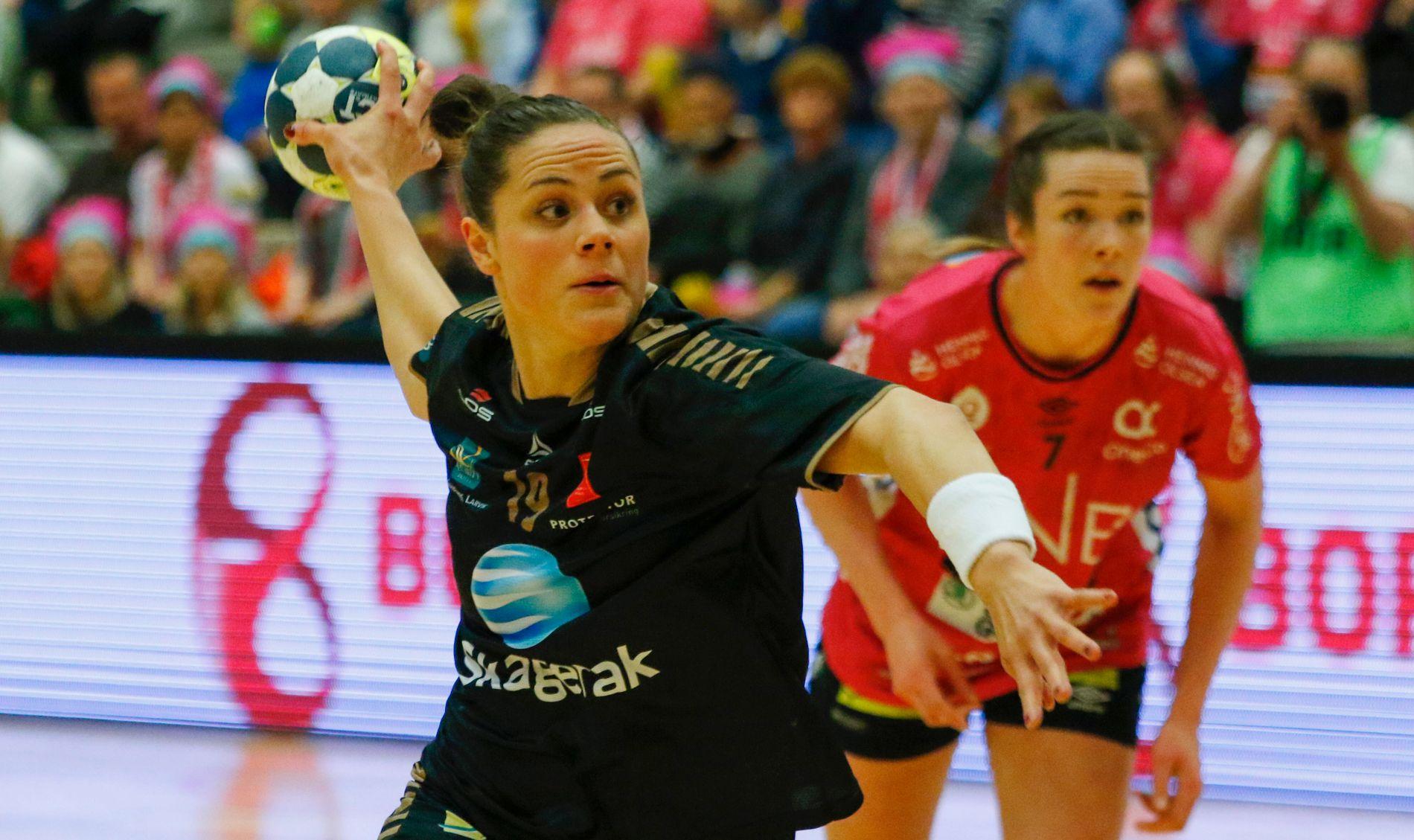 LØNN FOR STREVET: Thea Mørk og Larvik-jentene får fullføre sesongen. Alt tyder på at det blir sluttspillfinale mot Vipers og Kari Brattset (bak) senere i mai.