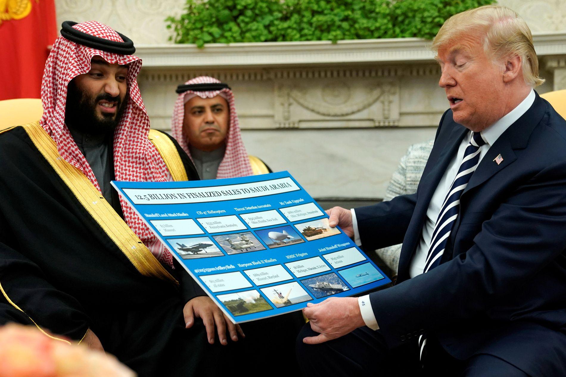 REGIMETS VÅPEN: President Donald Trump mottok Saudi-Arabias kronprins Mohammed bin Salman i Det hvite hus i mars. Han viste frem en oversikt over det store våpensalget til Saudi-Arabia.