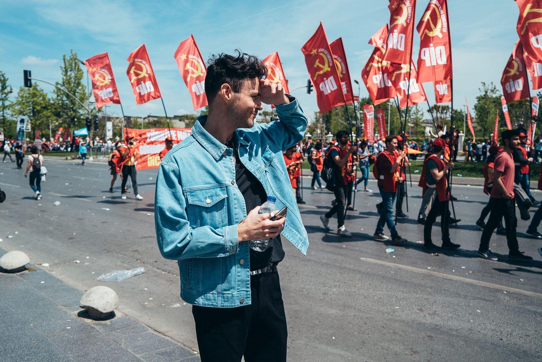 DEMONSTRASJONER: Gisle Agledahl foran demonstrasjonene under arbeidernes dag i Tyrkia 1. mai. Denne dagen fikk de se politiet ta affære mot mange.