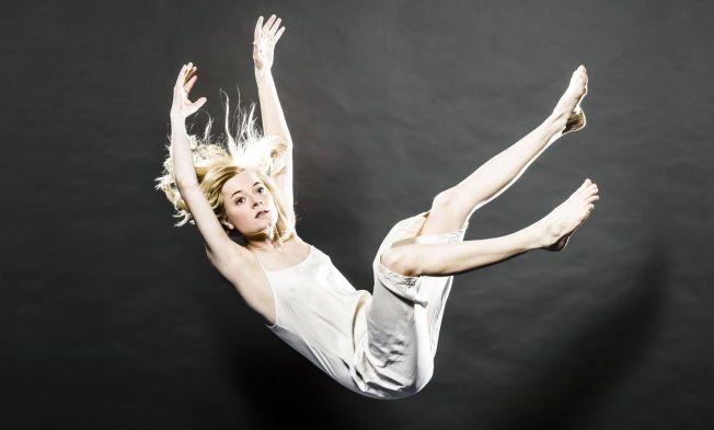 FALLER NED: Marianne Hole er Agnes, gudedatteren som faller ned på jorden for å søke kunnskap om menneskenes kår i August Strindbergs «Et drømspill» på Nationaltheatret.