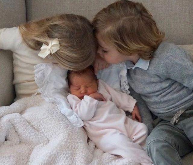SØTSJOKK: Slik ble den vesle prinsessen ønsket velkommen av sine søsken, Leonore og Nicolas. Bildet gjengis med tillatelse fra det svenske kongehuset.