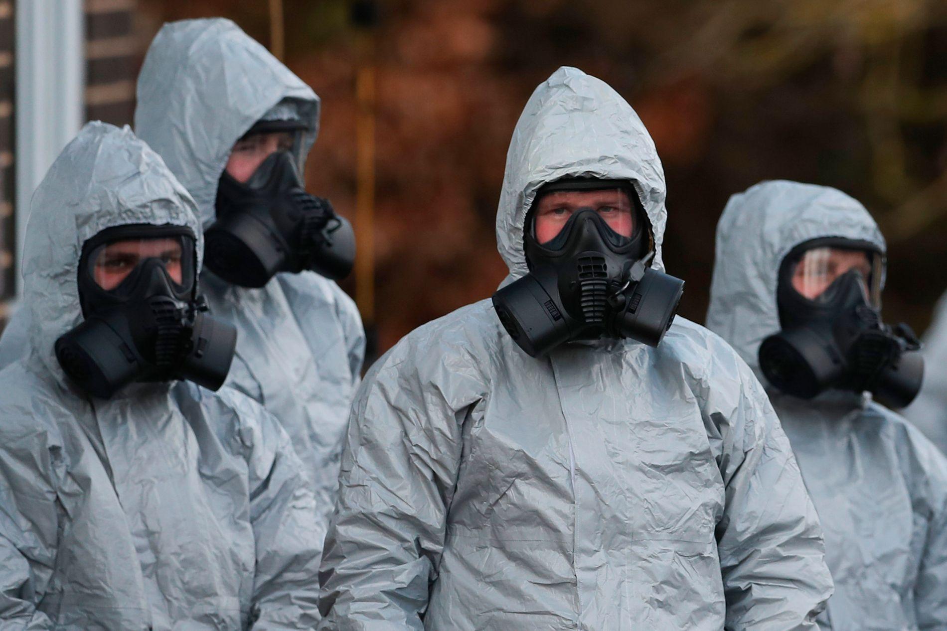SVÆRT FARLIG: Den britiske antiterrorgruppen beskyttet seg selv med heldekkende drakter da de undersøkte det sjeldne nervemiddelet.