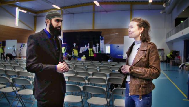 MYE LIKT: Rut Helen møter lederen for Islam Net, Fahad Qureshi, like før publikum komme rinn til Peace Conference.