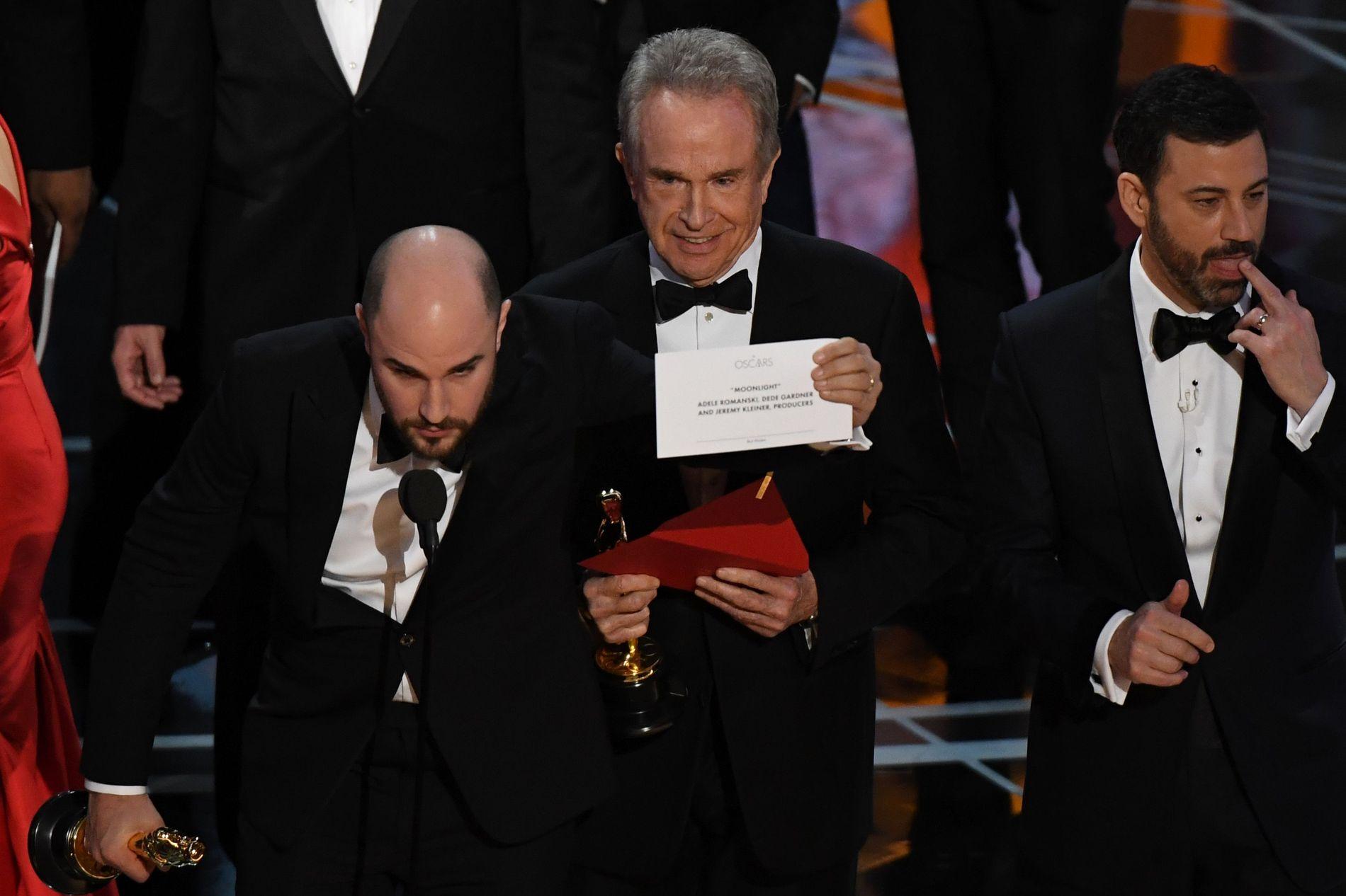 LESTE OPP FEIL: Warren Beatty i midten hadde fått feil konvolutt. Her er han på scenen med crewet fra «La La Land», som altså ikke vant.