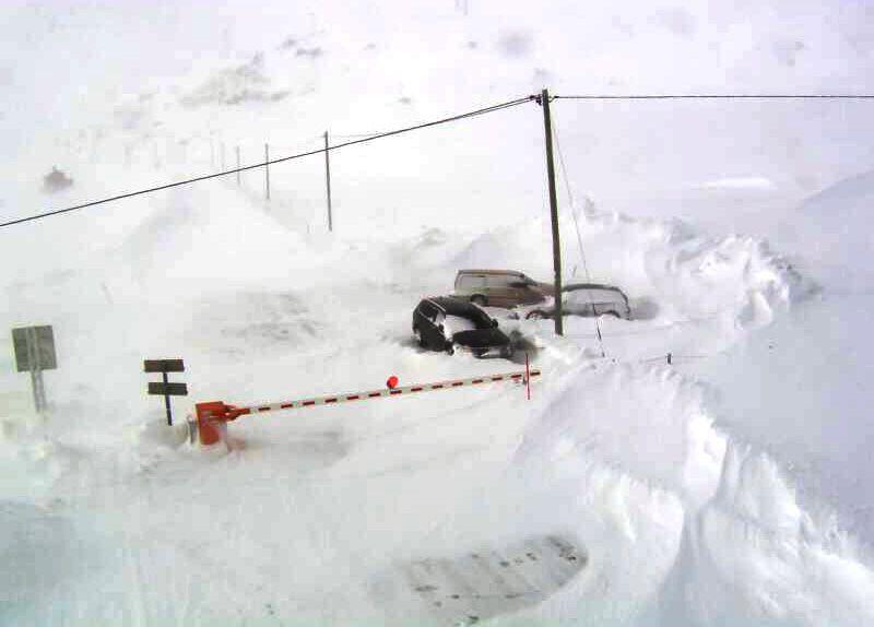 RASFARE: Bommen nede på E69 ved Reinelv i Finnmark torsdag. E69 Hønsa - Nordkapptunnelen, på strekningen Olderfjord - Honningsvåg, er stengt på grunn av fare for ras og blir ikke åpnet torsdag, ifølge Vegvesenet.
