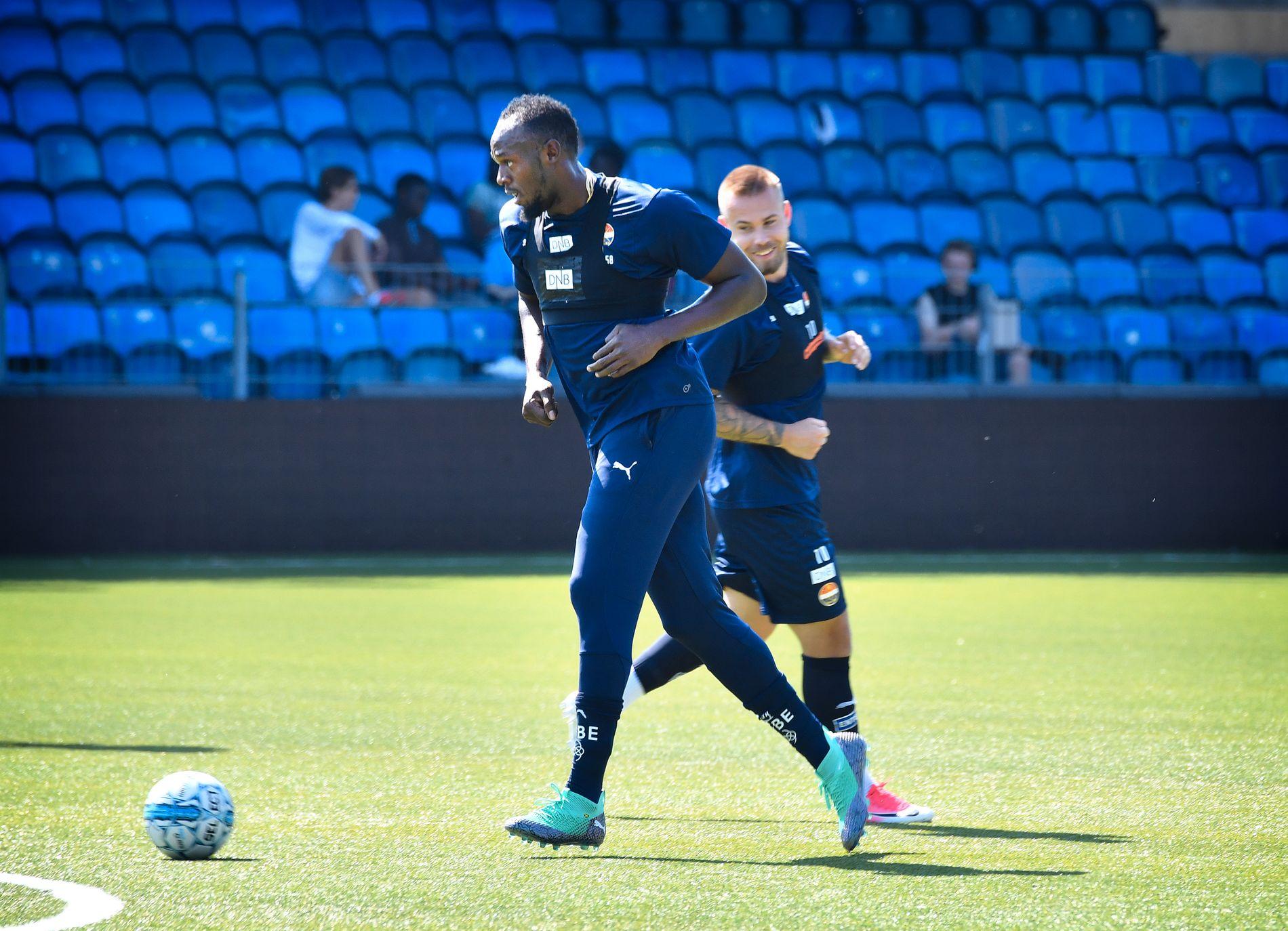 TRENER SEG OPP: Usain Bolt, her med ballen under Strømsgodsets trening på Marienlyst onsdag. I bakgrunnen følger Marcus Pedersen nøye med.
