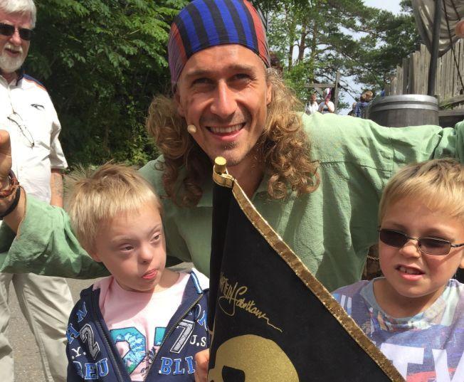 I SJØRØVERLAND: Casper elsker sjørøvere, og i helgen fikk han møte sine helter i Dyreparken. Her sammen med sin bror, Sander.