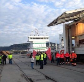 BOIKOT: Norske havnearbeidere på Drammen havn nektet Holskip-båten «Uranus» å losse i april. Her fra havnearbeidernes aksjon.
