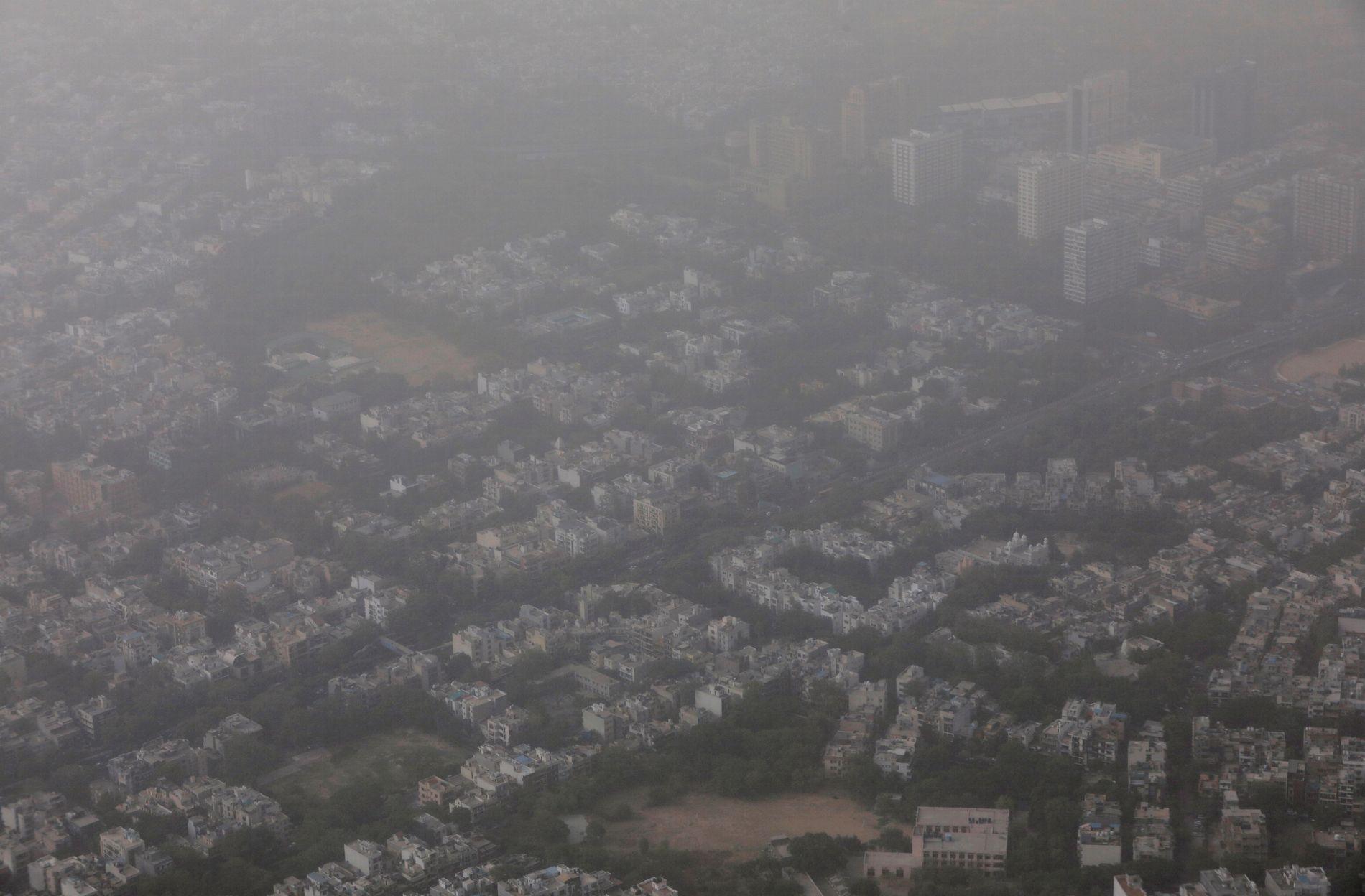 TÅKELAGT: Omtrent hele Delhi-området er dekket av tåke og støv. Dette bildet ble tatt i utkanten av hovedstaden New Delhi torsdag.