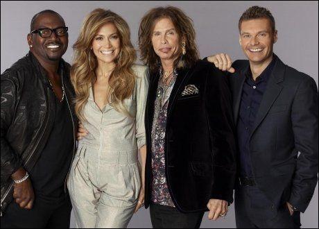 NYE KOLLEGER: «American Idol»-dommer Randy Jackson får hjelp av Jennifer Lopez og Steven Tyler. T.h.: Programleder Ryan Seacrest. Foto: AP
