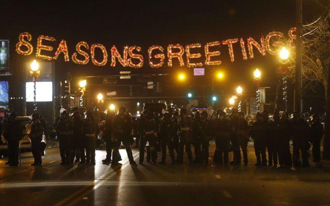 JYLEPYNTET: Under juledekorasjonene i Ferguson ble demonstrantene møtt av en lang rekke politibetjenter iført opprørsutstyr. Foto: REUTERS