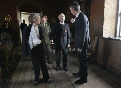 SAMMEN: Her snakker Gunnar Sønsteby og hans kone Anne-Karin med statsminister Jens Stoltenberg under en lunsj for mottakerne av krigskorset på Akershus festning i august i 2011. Foto: Erlend Aas, NTB Scanpix