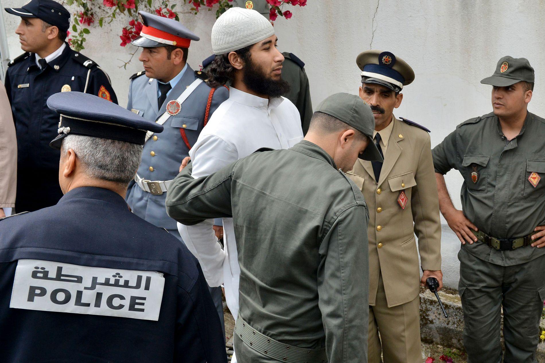 FØRES INN I RETTEN: Her blir den utpekte hovedmannen Abdesamad El Joud inn i rettssalen i Salé 2. mai i år.