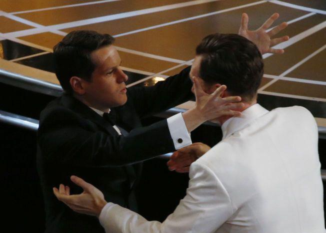 CUMBERBATCH-KLEM: Graham Moore gratuleres av Benedict Cumberbatch, som spiller hovedrollen i «The Imitation Game»