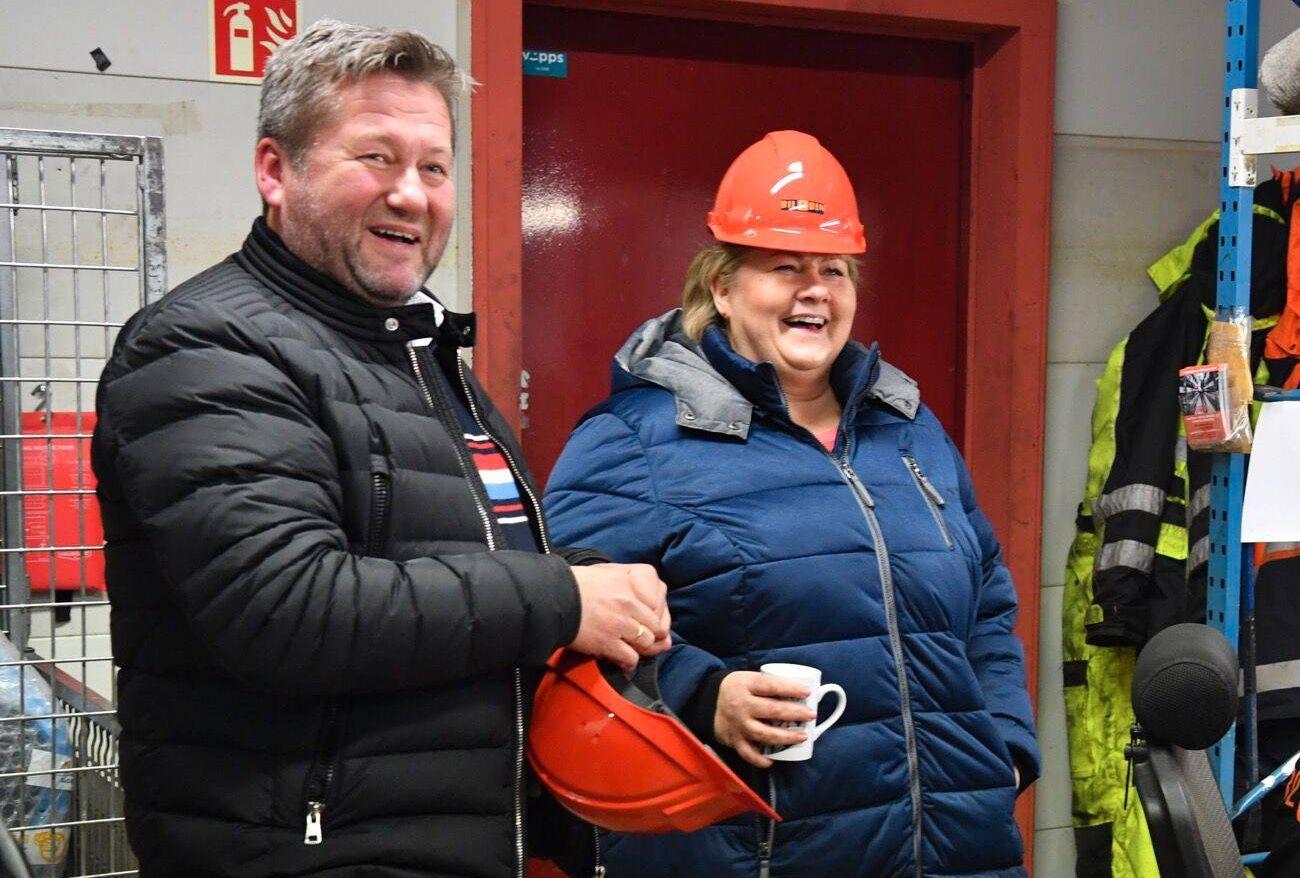 BILOPPHUGGER: Bjarne Brøndbo fotografert sammen med statsminister Erna Solberg under et besøk på Namdalen Bilopphuggeri ifjor.