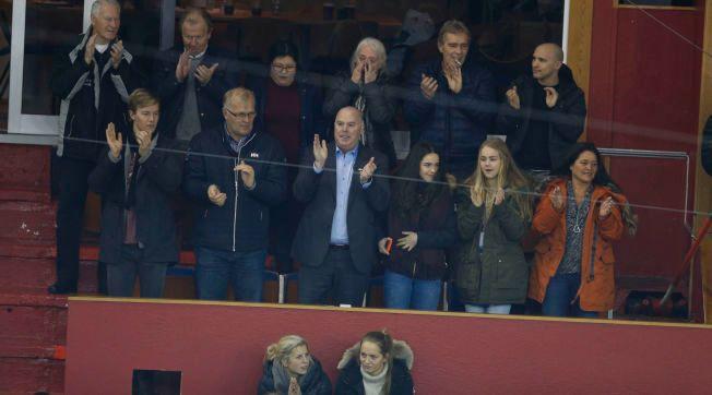 TAKK FOR SEG: Jan Tore Kjær (i midten) klapper for sitt kjære Vålerenga. Han slutter nå etter 18 år på Jordal Amfi.