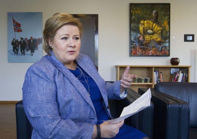 FÅR KRITIKK: Flere er kritiske til regjeringens vedtak. Her er statsminister Erna Solberg (H) avbildet i forbindelse med et intervju i VG tidligere i år.