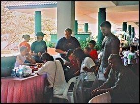 OPERASJONSSENTRALEN: Michael Skjelderup (sittende til høyre) oppsøkte blant annet det norske konsulatets operasjonssentral på Phuket International Hospital. - Her var det bare kaotisk, mener Skjelderup. Foto: PRIVAT