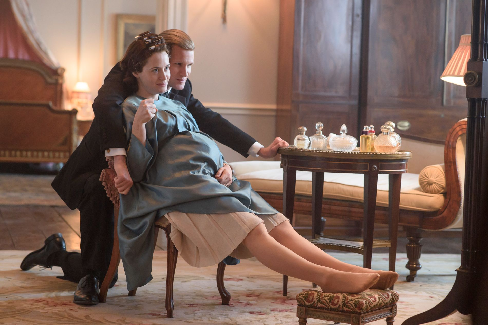 HISTORISK DRAMA: Claire Foy som dronning Elisabeth II og Matt Smith som hertugen av Edinburgh. FOTO: Netflix