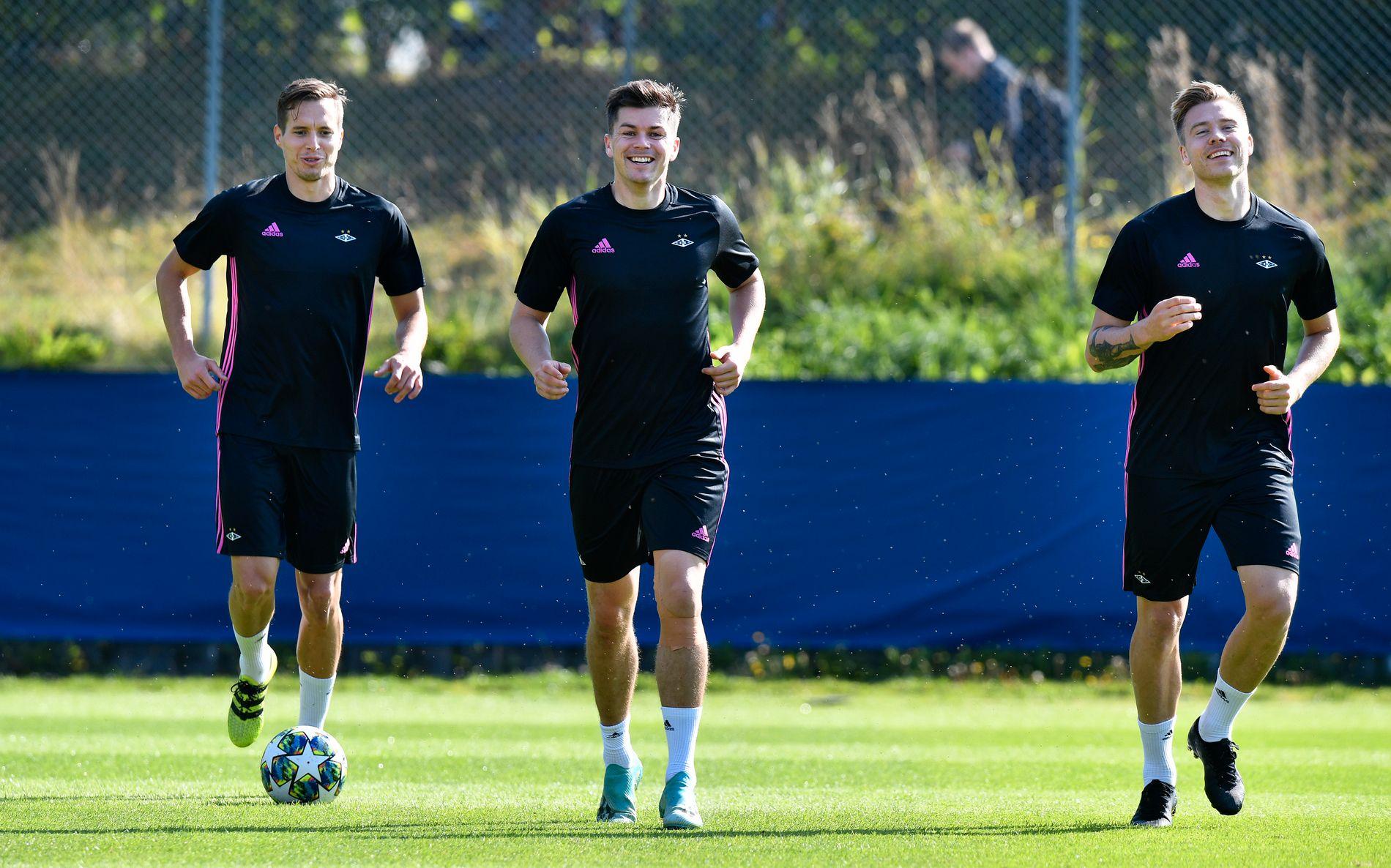 SMILER TIL VERDEN: Anders Konradsen, Pål André Helland og Alexander Søderlund i godt humør på mandagens Rosenborg-trening.