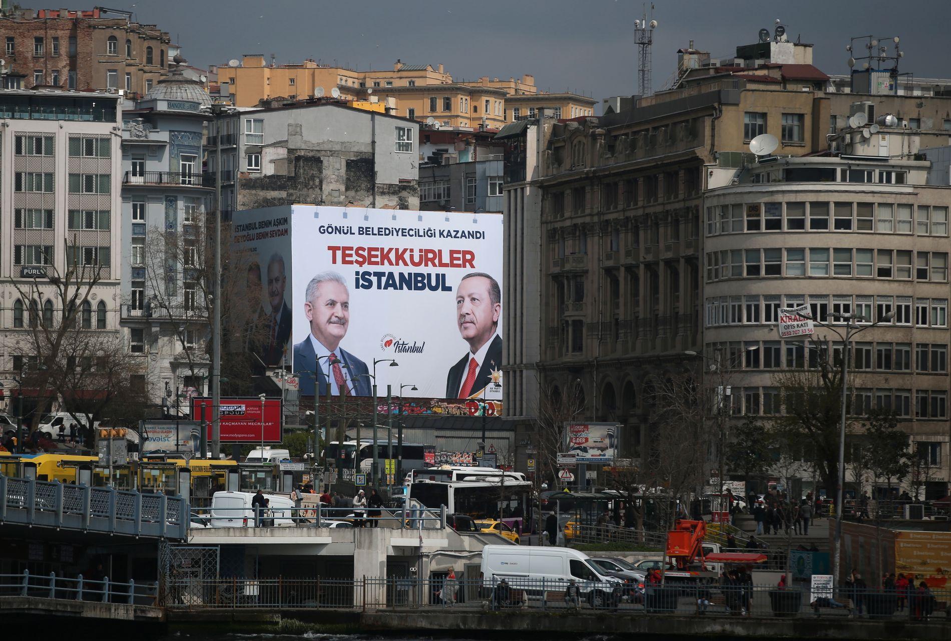 «TAKK, ISTANBUL»: Et banner med denne påskriften og et bilde av Tyrkias president Recep Tayyip Erdogan og statsminister Binali Yıldırım i Istanbul i april.