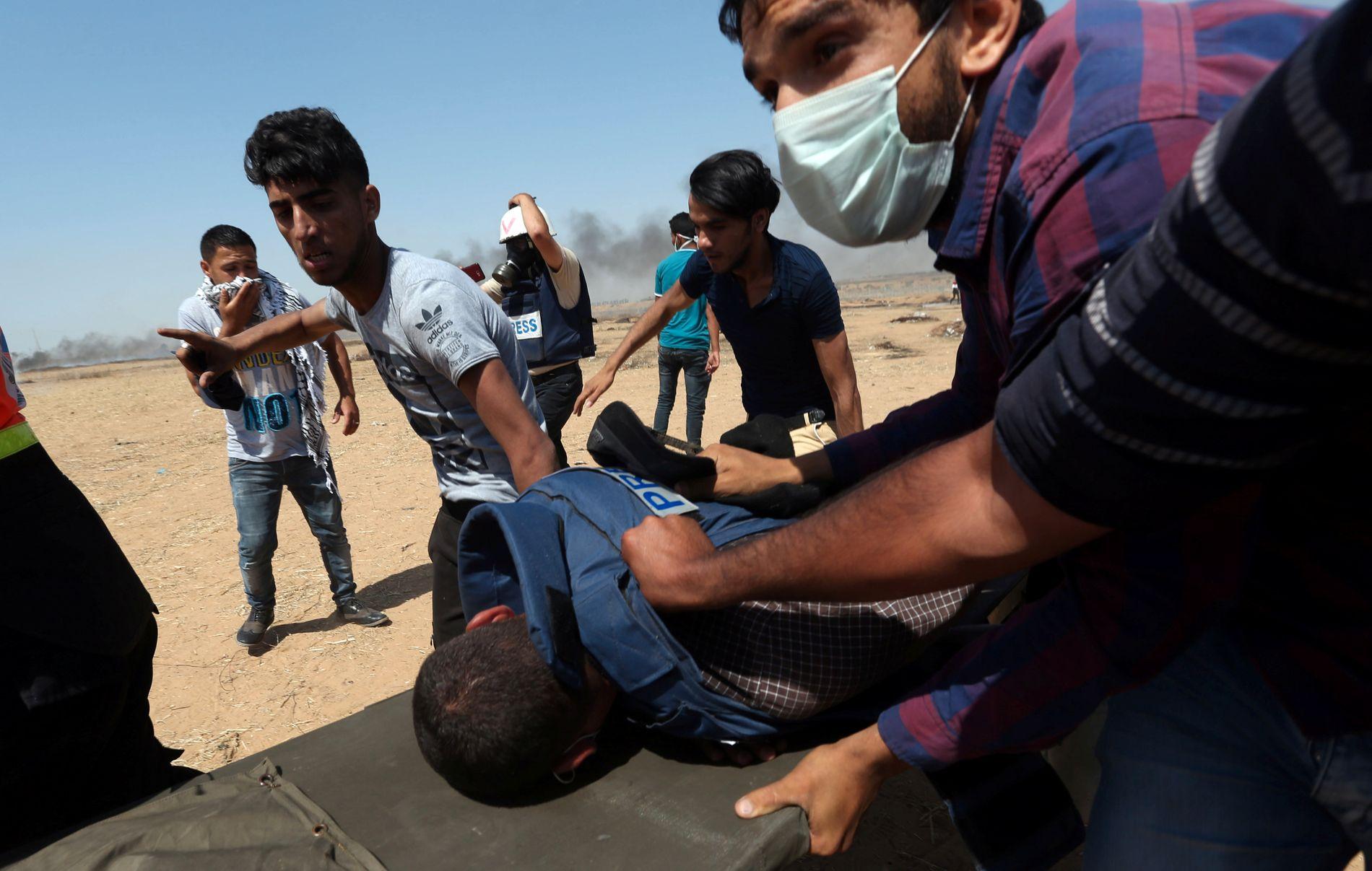 JOURNALIST SÅRET: En såret palestinsk journalist ble såret, uvisst på hvilken måte under demonstrasjonene i går.