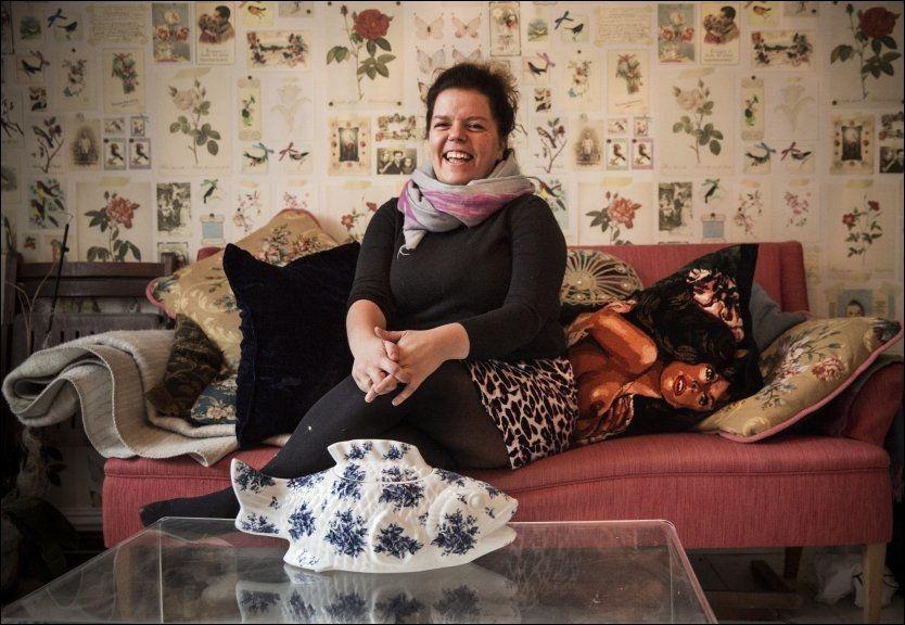 HJEMME I STUA: Else Kåss Furuseth kjøpte leiligheten på Bislett i Oslo i 1998 til 900.000 kroner. - Den dagen jeg kom på vising sa den tidligere eieren: «Nå var du heldig, jeg la vegg til vegg-teppe i hele leiligheten i går». Det ble fort fjernet, sier hun.