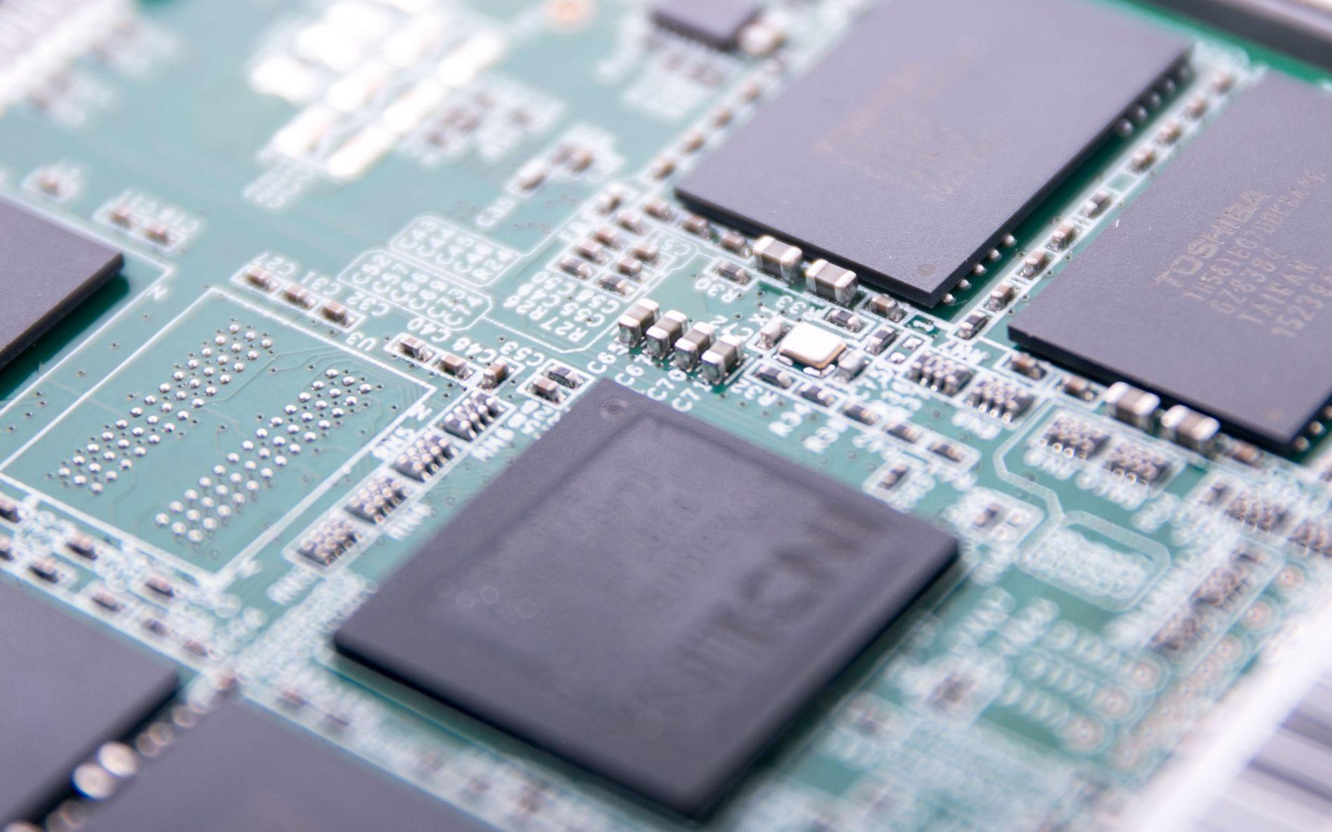 RETT TEKNOLOGI: De individuelle delene på en SSD er knøttsmå, men selv de minste kan være forskjellen for SSD-ens liv eller død. Bilde: Story Labs