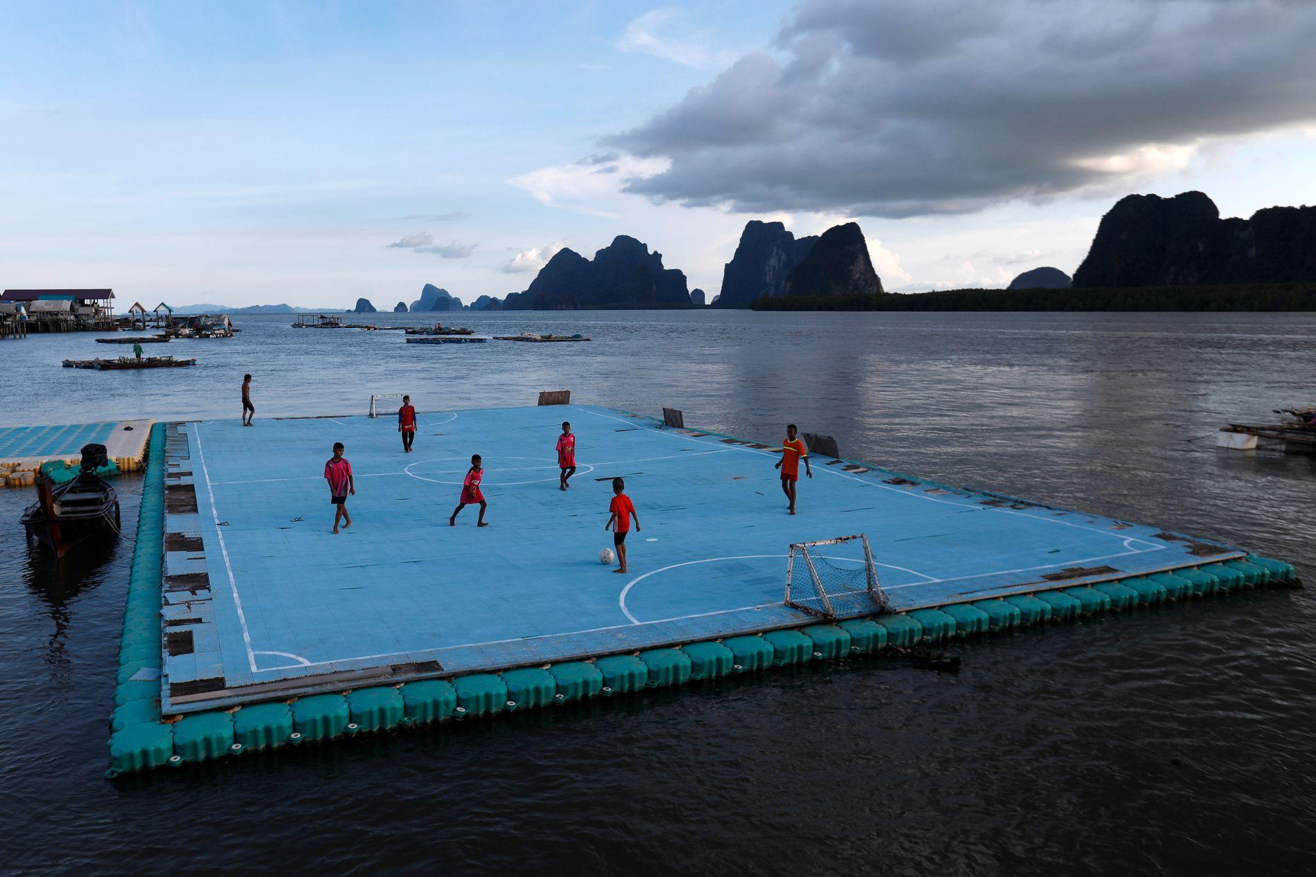 THAILAND: I fiskebyen Ko Panyi spiller barna på en flytebrygge.